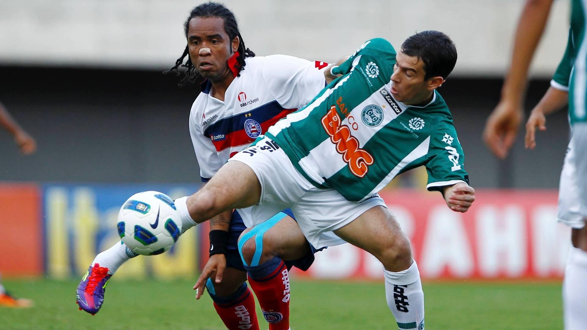 Carlos Alberto disputa a bola na partida entre Bahia e Coritiba, pelo Campeonato Brasileiro