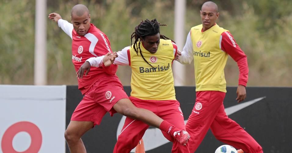 Zagueiro Rodrigo Moledo, volante Tinga e meia Fabrício em treino do Inter em São Paulo (24/07/2011)