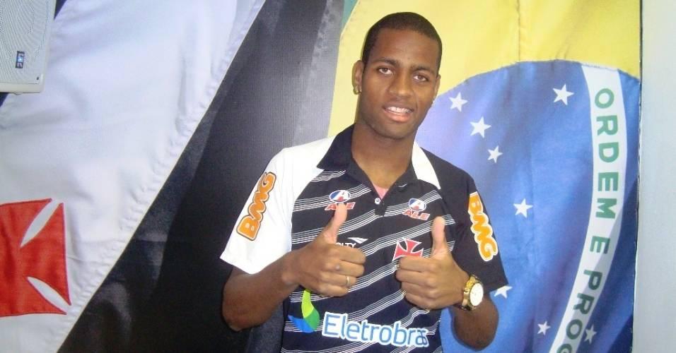 Dedé posa para fotos após convocação para a seleção brasileira