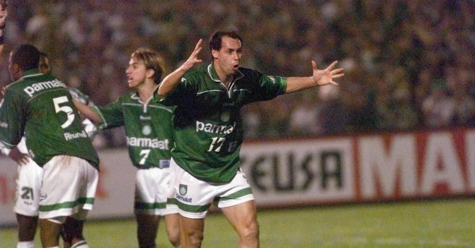 Evair reclama ao ser expulso na final da Libertadores de 1999