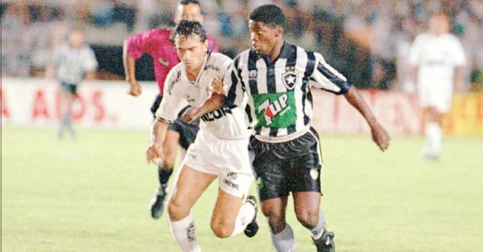 Beto disputa a bola com um jogador do Santos quando era jogador do Botafogo