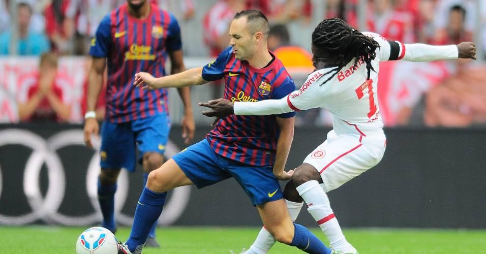 Iniesta do Barcelona e Tinga do Inter em partida da Audi Cup na Alemanha (26/07/2011)