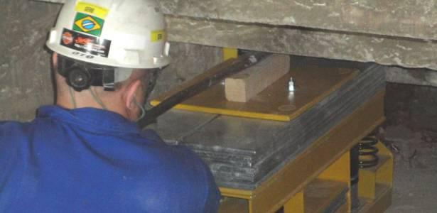 Amortecedores (f) serão instalados sob o anel superior e substituirão as antigas hastes