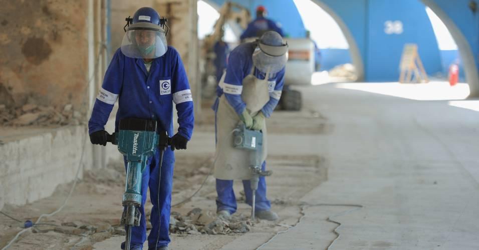 Operários trabalham nas obras do Maracanã para a Copa do Mundo de 2014