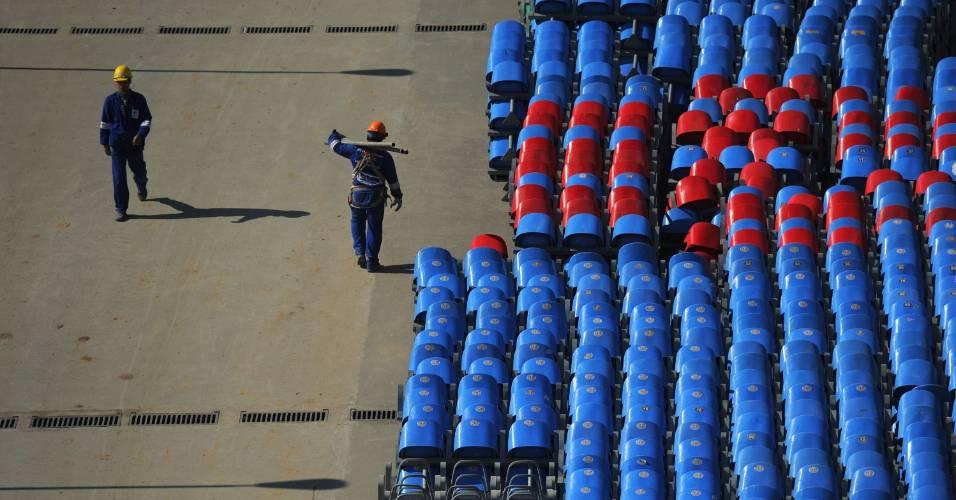 Operários trabalham nas obras do Maracanã para a Copa do Mundo de 2014 (27/07/2011)