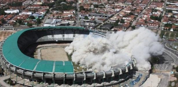 Parte da arquibancada do Castelão (Fortaleza-CE) foi implodida na reforma por que passa o estádio