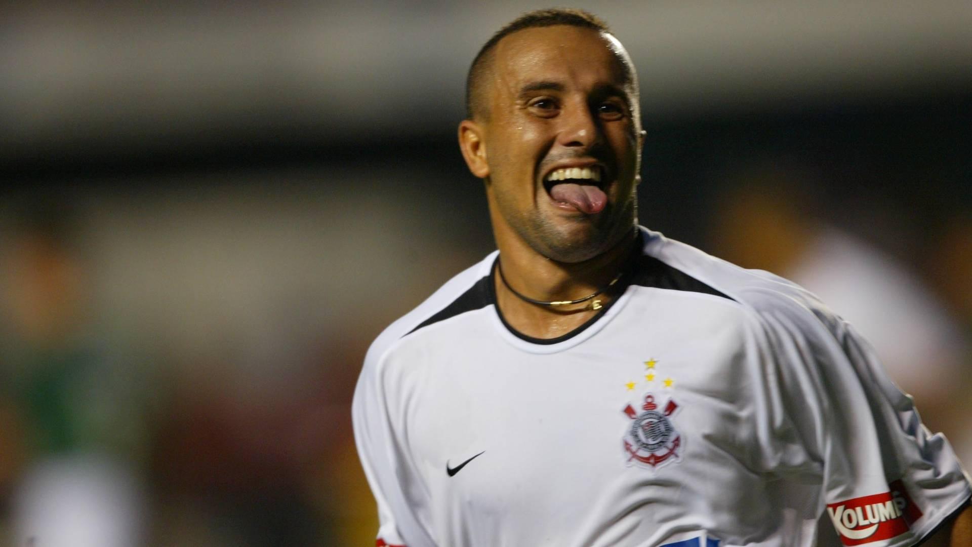Rogério comemora gol pelo Corinthians em jogo em 2003