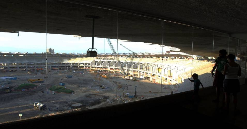 Turistas visitam obras do estádio do Maracanã (26/07/2011)