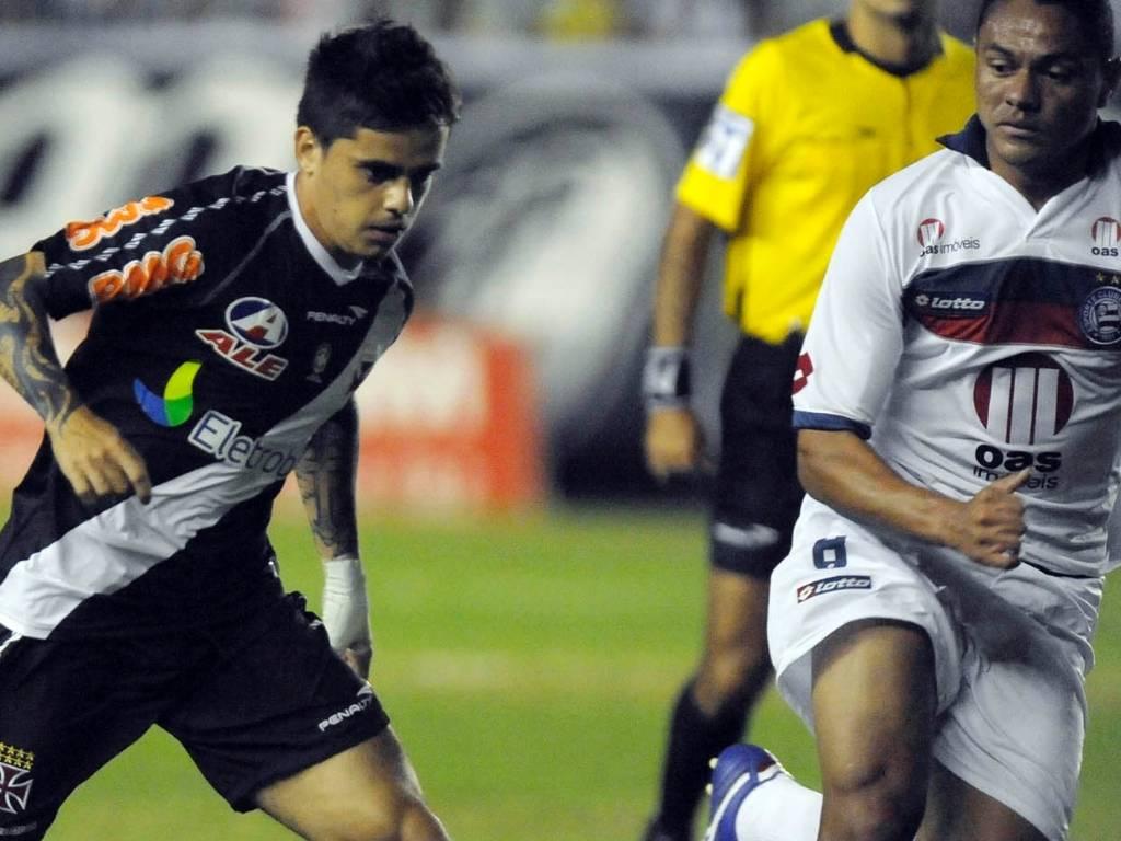 Fagner tenta a jogada na partida Vasco x Bahia, em São Januário (28/07/2011)