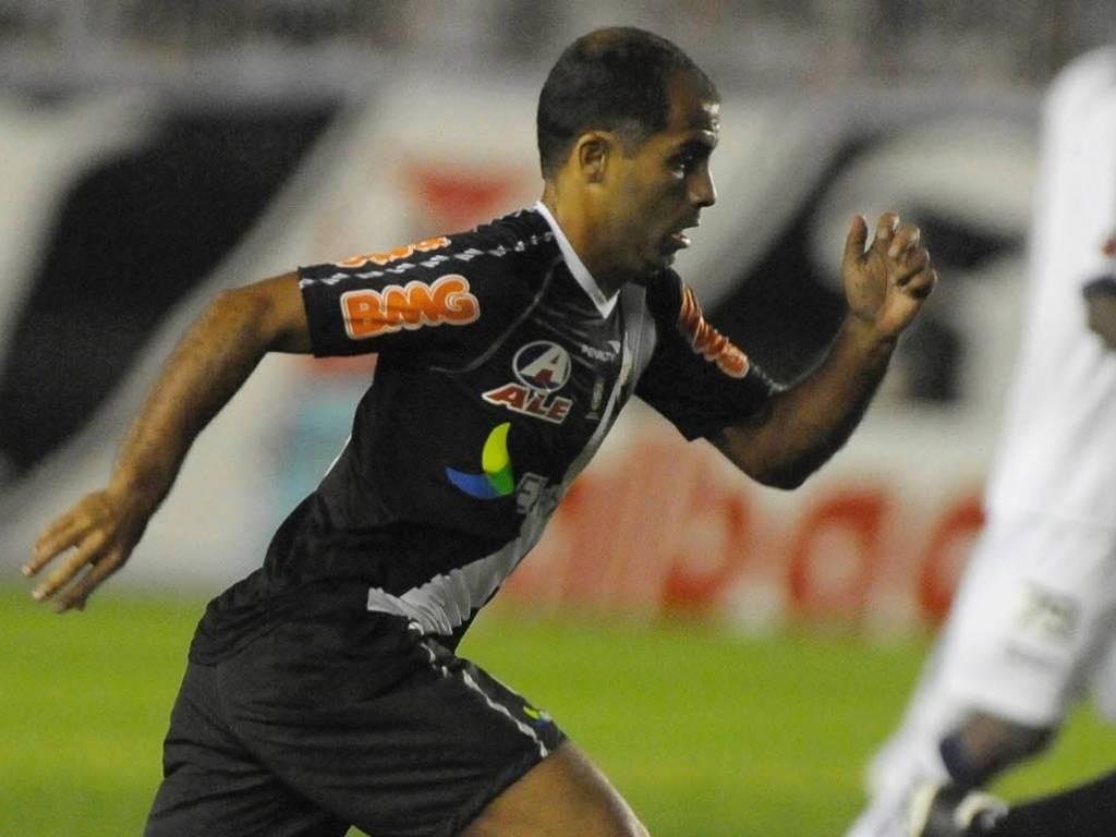 Felipe arranca com a bola na partida Vasco x Bahia, em São Januário (28/07/2011)