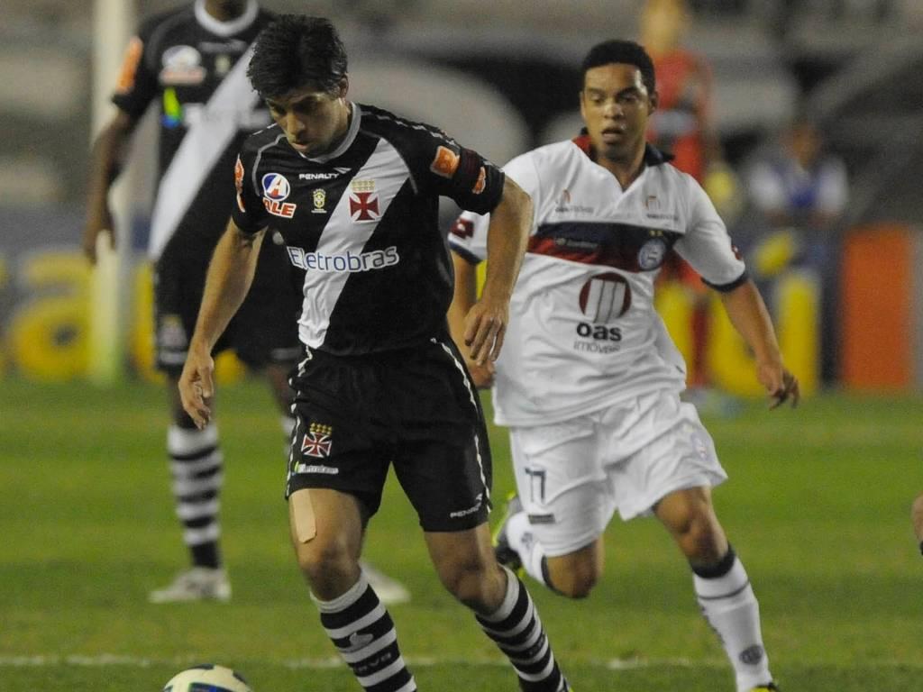 Juninho Pernambucano, observado por Lulinha, tenta jogada na partida Vasco x Bahia (28/07/2011)