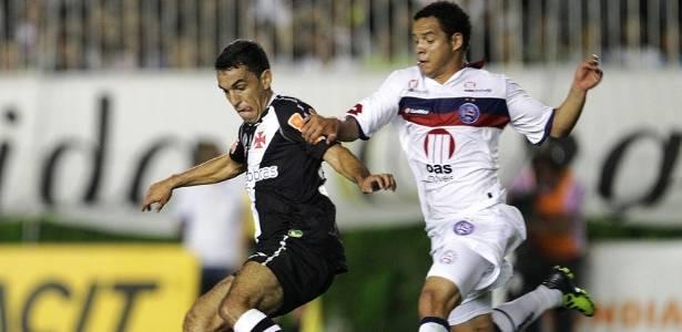 Márcio Careca disputa a bola com jogador do Bahia na partida desta quinta (28/07/2011)