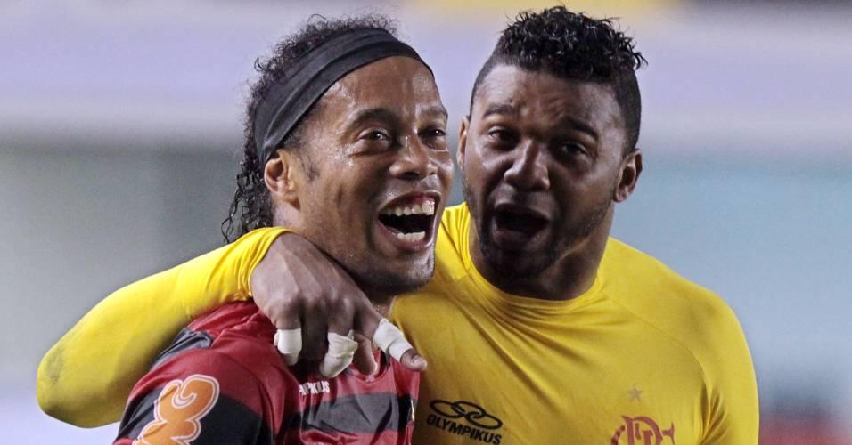 Ronaldinho comemora com Felipe a vitória do Flamengo sobre o Santos (27/07/2011)