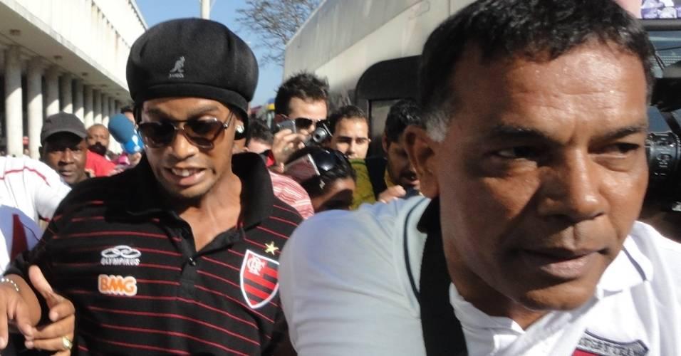 Ronaldinho deixa o Santos Dumont cercado por seguranças e com cara de assustado (28/07/2011)