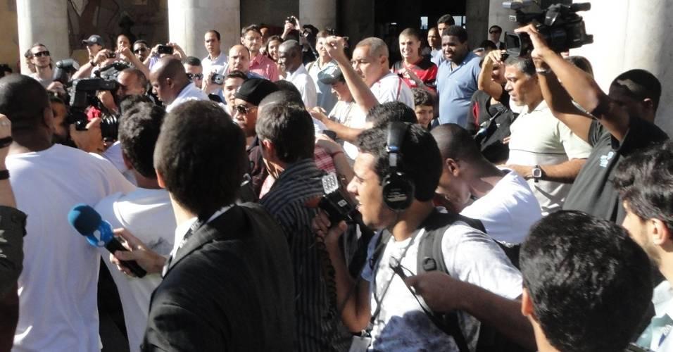 Ronaldinho é cercado por jornalistas no desembarque após vitória sobre o Santos (28/07/2011)