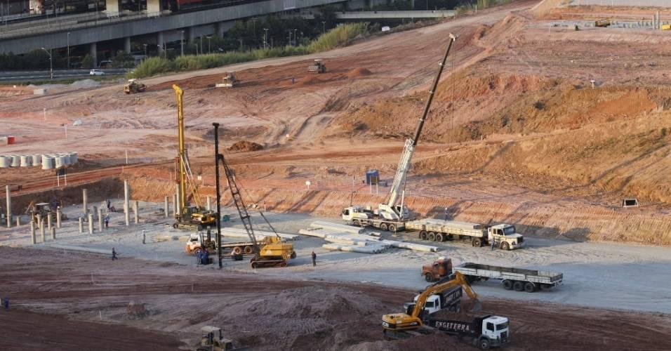 Máquinas trabalham na construção do estádio do Corinthians em Itaquera (28/07/2011)