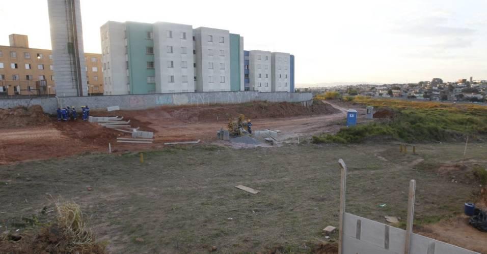 Operários trabalham na construção do estádio do Corinthians rente a um conjunto habitacional em Itaquera (28/07/2011)