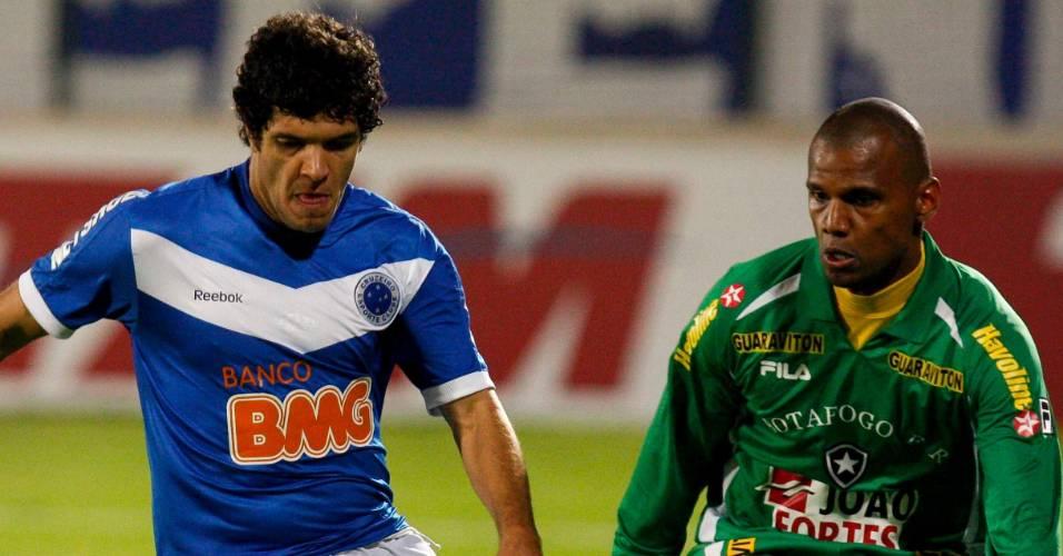 Jefferson tenta evitar o gol de Ortigoza na partida Cruzeiro x Botafogo (30/07/2011)