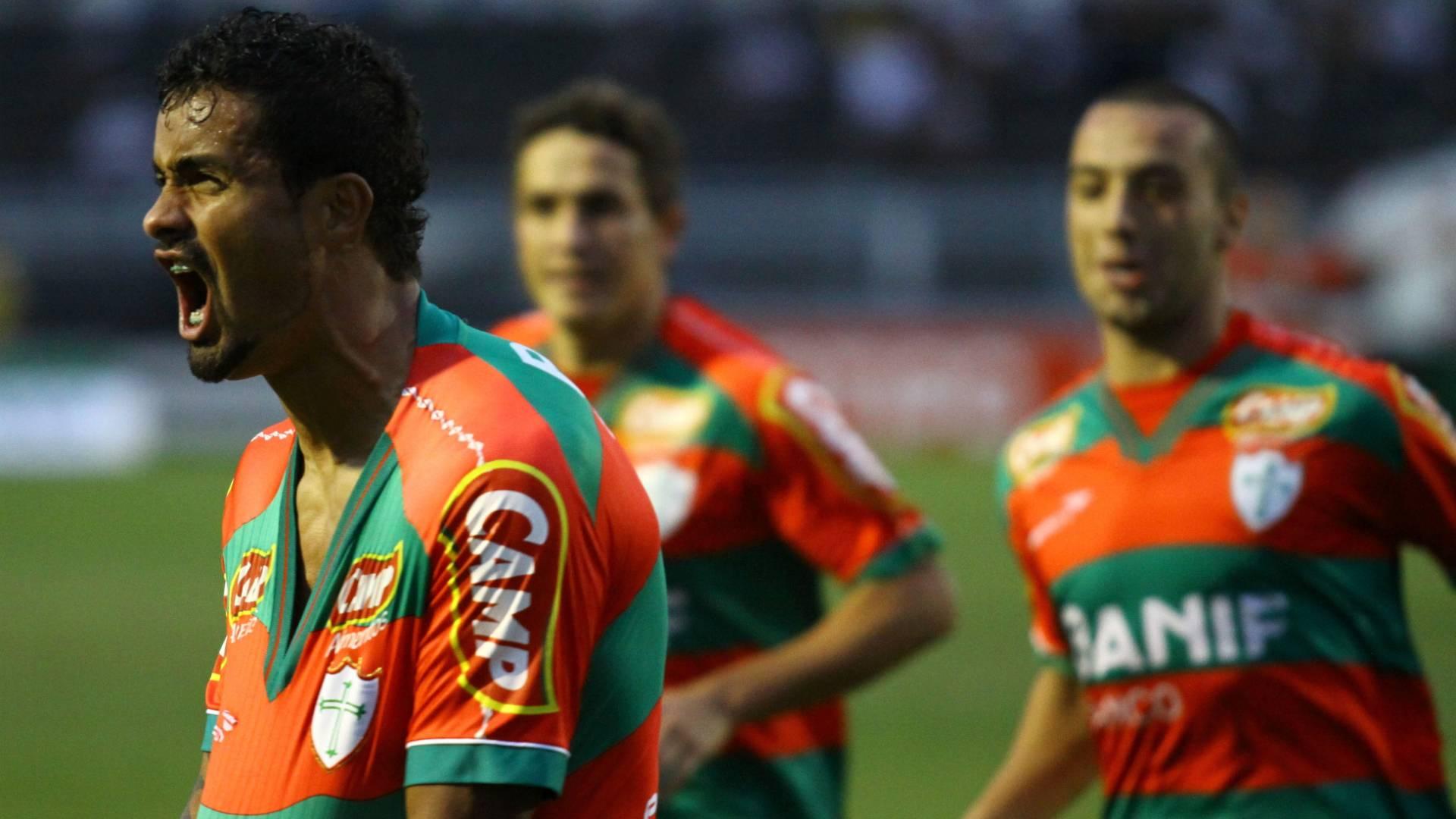 Leandro Silva, da Portuguesa, comemora gol marcado em cima da Ponte Preta (30/07/2011)
