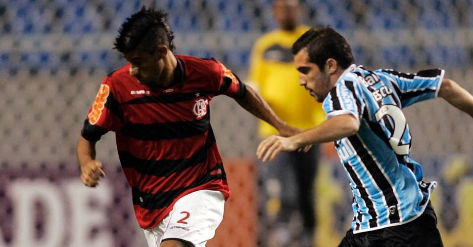 Leonardo Moura tenta driblar um adversário na partida Flamengo x Grêmio, no Engenhão (30/07/2011)