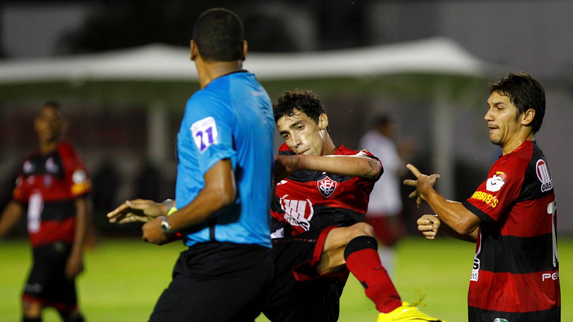 Rildo, do Vitória, tenta agredir o árbitro Cláudio Francisco Lima e Silva após ser expulso da partida contra o Boa (30/07/2011)