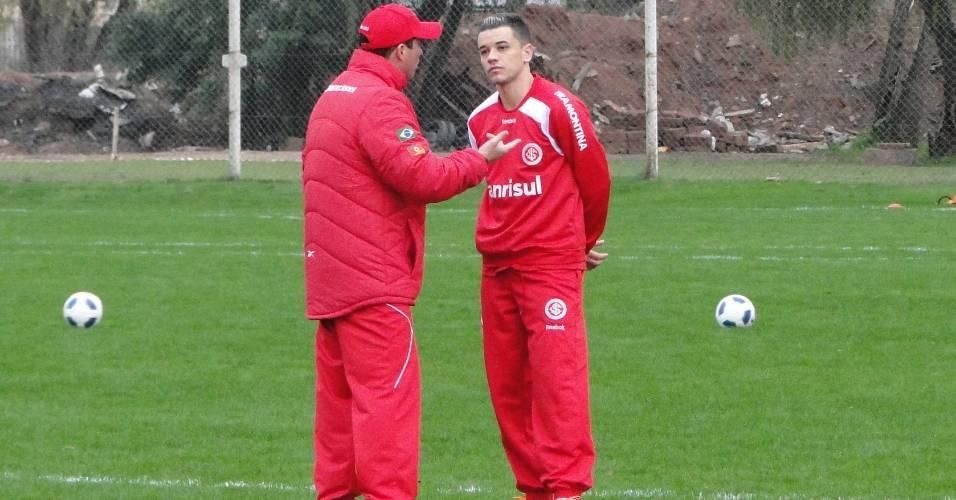 Técnico interino do Internacional, Osmar Loss, conversa com D'Alessandro após treino (30/07/2011)