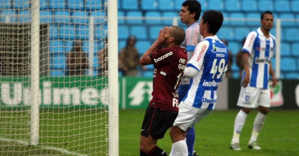 Emerson, do Corinthians, lamenta lance no jogo contra o Avaí