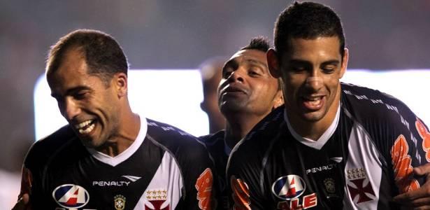 Felipe, Diego Souza e Leandro comemoram o segundo gol do Vasco na vitória sobre o São Paulo