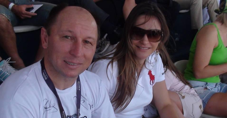 Ex-jogador Alcindo e sua mulher assistem a jogo de futebol de areia no Rio de Janeiro