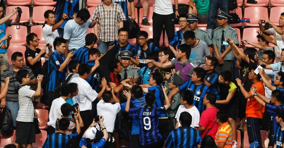 Torcedor com camisa do Milan provoca confusão em treino da Internazionale em Pequim (02/08/2011)