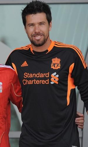 Doni posa com os outros reforços contratados pelo Liverpool durante evento de apresentação (03/08/2011)