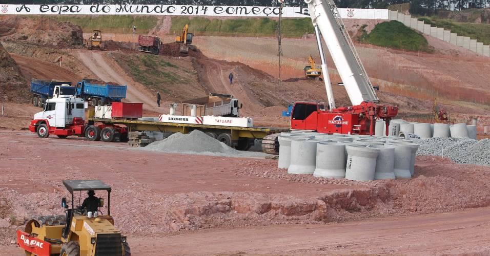 Operários trabalham na terraplenagem do futuro estádio do Corinthians, em Itaquera (03/08/11)