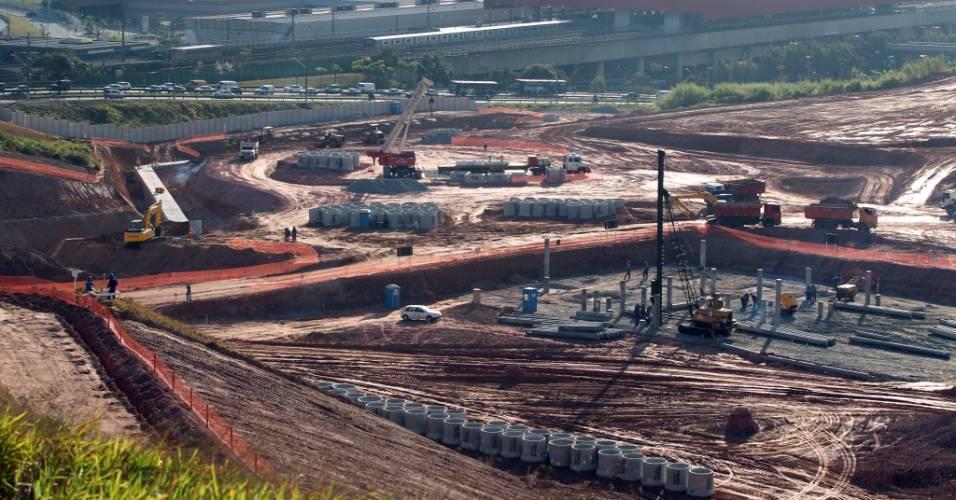 Operários trabalham nas obras do futuro estádio do Corinthians, em Itaquera (03/08/11)