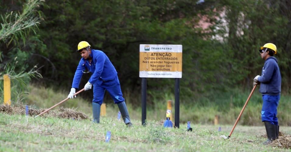 Operários trabalham próximos dos dutos da Petrobras no futuro estádio do Corinthians, em Itaquera (03/08/11)