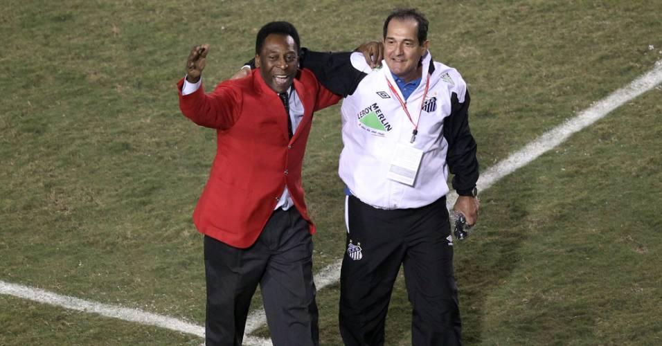 Pelé (e) e Muricy Ramalho se abraçam após o título do Santos na Libertadores (22/06/2011)