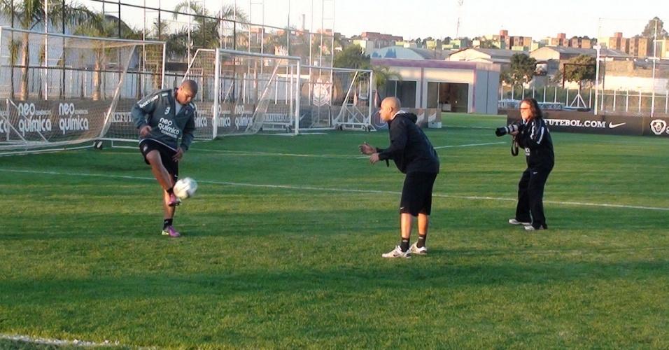 Adriano treina com bola pela primeira vez no Corinthians desde que voltou de operação (04/08/2011)