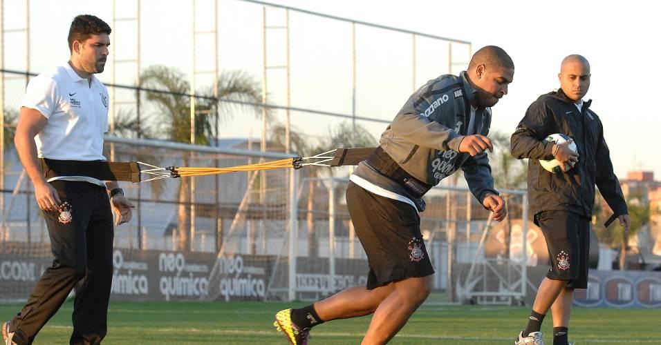 Adriano treina no campo pela primeira vez no Corinthians desde que voltou de operação (04/08/2011)