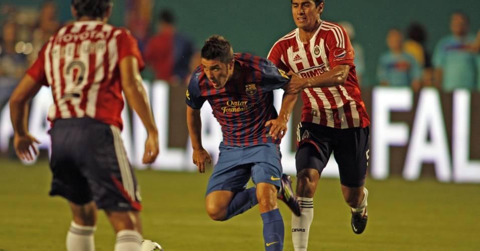 David Villa, do Barcelona, tenta passar pela marcação do Chivas em amistoso (04/08/11)