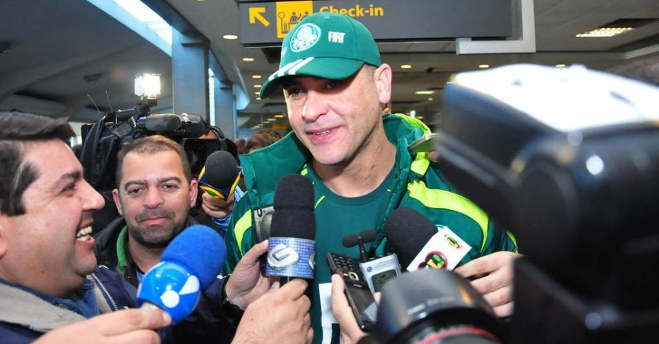 Goleiro Marcos conversa com jornalistas no desembarque do Palmeiras em São Paulo (04/08/2011)