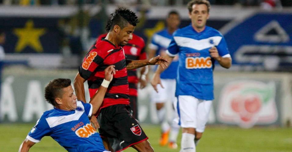 Léo Moura vai ao ataque na vitória rubro-negra sobre o Cruzeiro, em Sete Lagoas