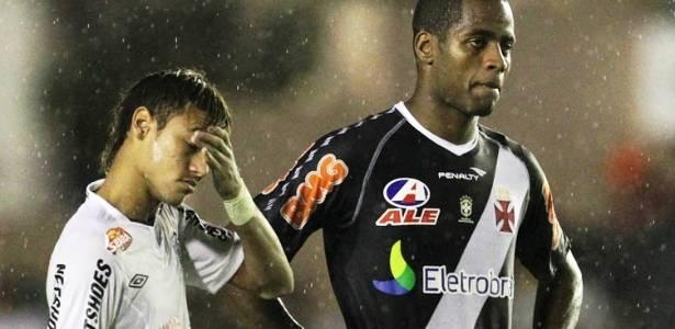 Neymar e Dedé na partida entre Vasco e Santos pelo Campeonato Brasileiro (03/08/2011)