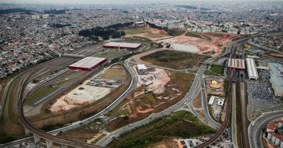 Obras do futuro estádio corintiano ocorrem ao lado da estação Corinthians-Itaquera do metrô (04/08/11)