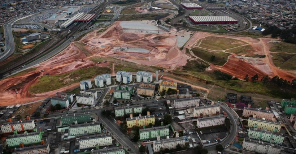 Obras do futuro estádio do Corinthians ocorrem próximas a conjunto habitacional e estação do metrô (04/08/11)