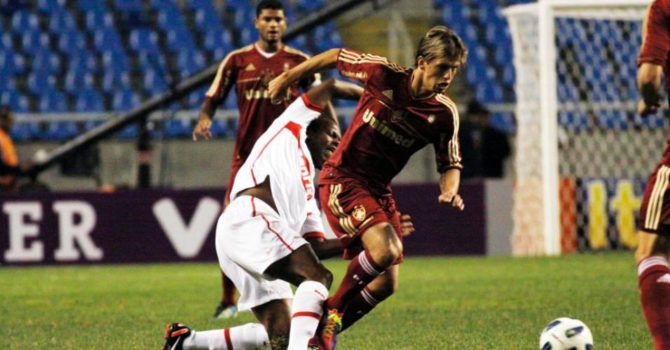 Observado por Gum, Diguinho recebe combate de jogador do Internacional no Engenhão (04/08/2011)
