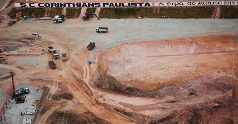 Operários trabalham na construção do futuro estádio do Corinthians, em Itaquera (04/08/11)