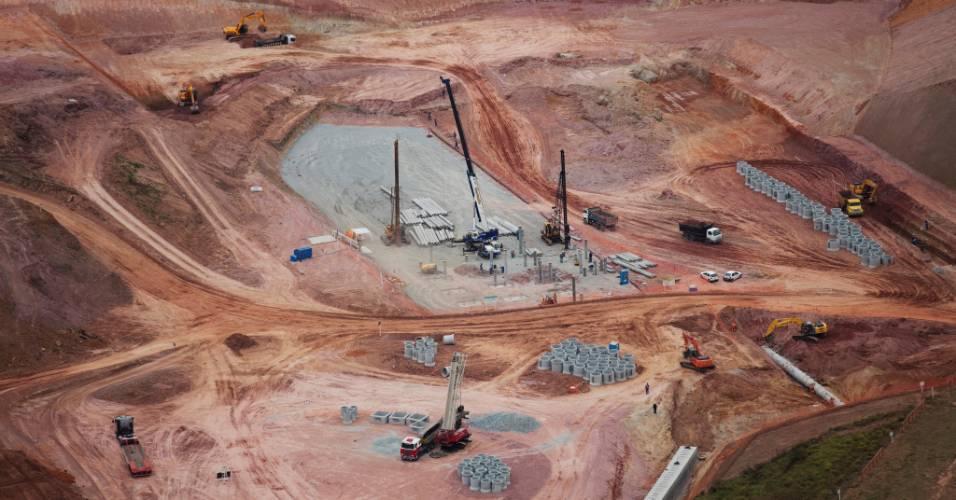 Operários trabalham nas obras do futuro estádio do Corinthians, em Itaquera (04/08/11)