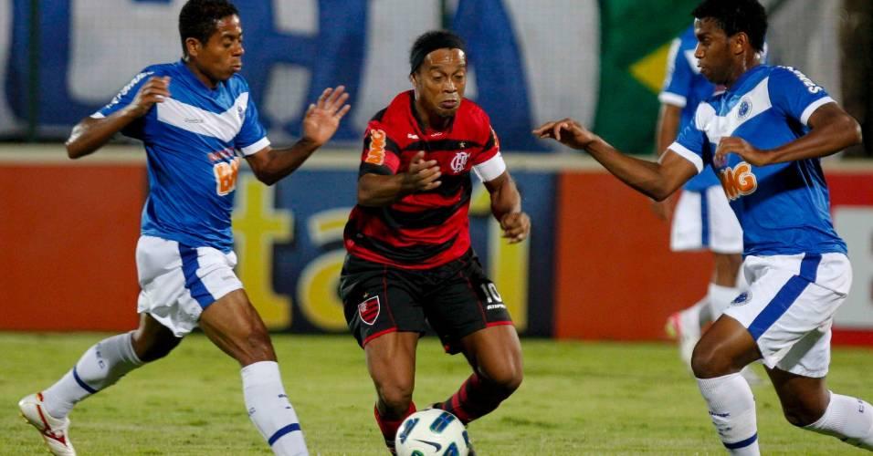 Ronaldinho disputa a bola com dois jogadores do Cruzeiro na vitória do Fla (03/08/2011)