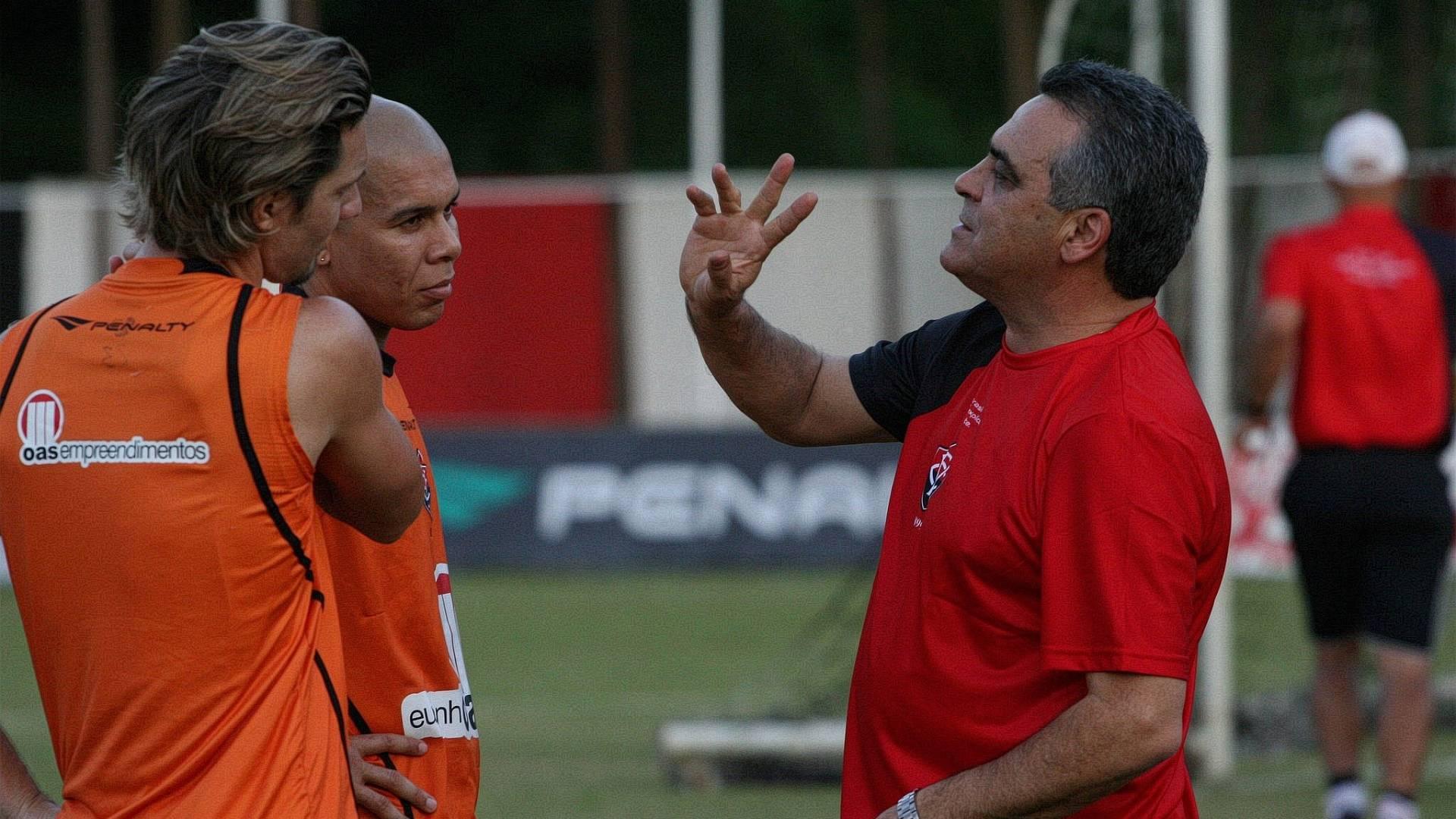 Vágner Benazzi conversa com Xuxa e Fernandinho em seu primeiro dia de trabalho no Vitória (03/08/2011)