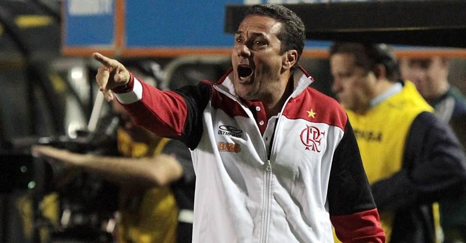 Vanderlei Luxemburgo comanda o time do Flamengo em mais uma vitória no Brasileiro