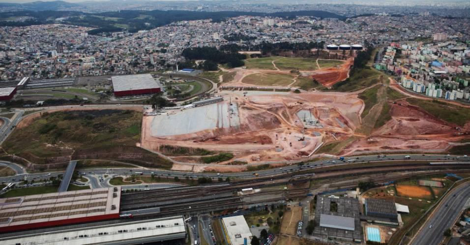 Vista aérea mostra o andamento das obras do futuro estádio do Corinthians, em Itaquera (04/08/11)